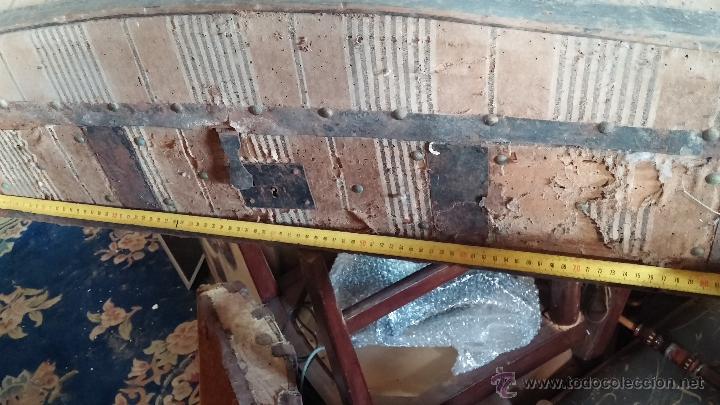 Antigüedades: Muy antiguo y raro baúl de viaje para restaurar, hecho en madera y refuerzos de chapa - Foto 20 - 48217705