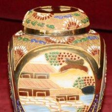Antigüedades: ANTIGUO BOTE EN PORCELANA PINTADA DE MANUFACTURA JAPONESA. CIRCA 1940. Lote 48228455