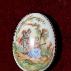 Antigüedades: PEQUEÑA CAJITA EN PORCELANA PINTADA DE LIMOGES. CIRCA 1900. Lote 120926232