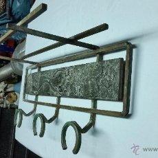 Antigüedades: PERCHERO ANTIGUO DE HIERRO Y MOTIVOS ORIENTALES TALLADOS EN MADERA,AÑOS 60 ÀPROX. Lote 48265025