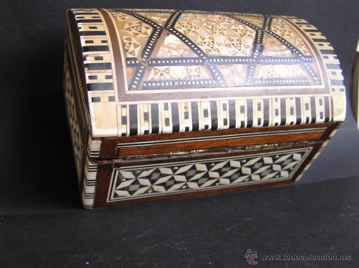 Antigüedades: JOYERO EGIPCIO de madera con decoración a base de MADREPERLA Y HUESO. - Foto 2 - 68848706