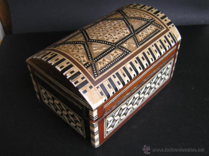 Antigüedades: JOYERO EGIPCIO de madera con decoración a base de MADREPERLA Y HUESO. - Foto 3 - 68848706