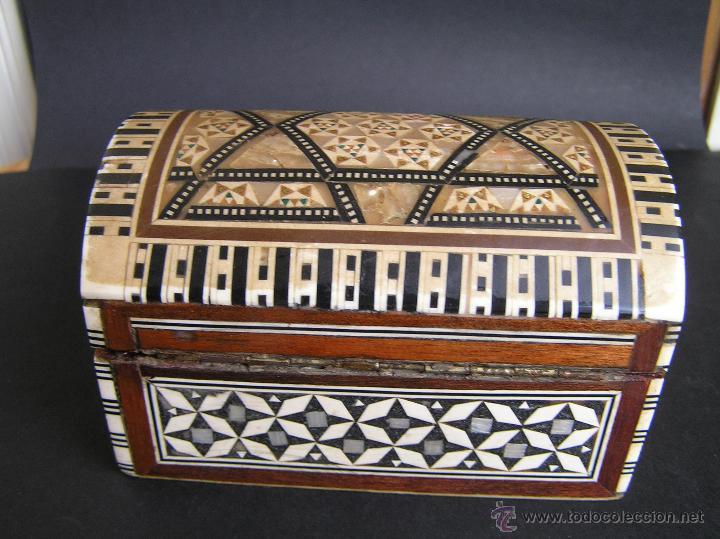 Antigüedades: JOYERO EGIPCIO de madera con decoración a base de MADREPERLA Y HUESO. - Foto 7 - 68848706