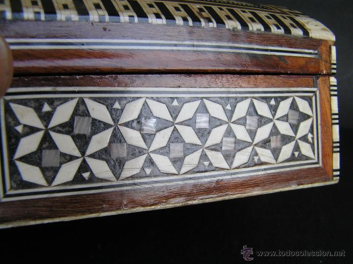 Antigüedades: JOYERO EGIPCIO de madera con decoración a base de MADREPERLA Y HUESO. - Foto 9 - 68848706