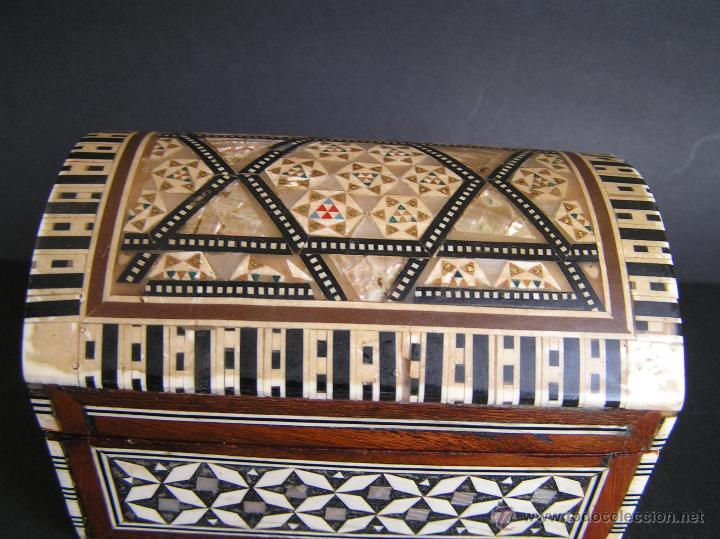 Antigüedades: JOYERO EGIPCIO de madera con decoración a base de MADREPERLA Y HUESO. - Foto 10 - 68848706