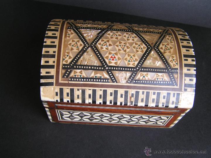 Antigüedades: JOYERO EGIPCIO de madera con decoración a base de MADREPERLA Y HUESO. - Foto 17 - 68848706