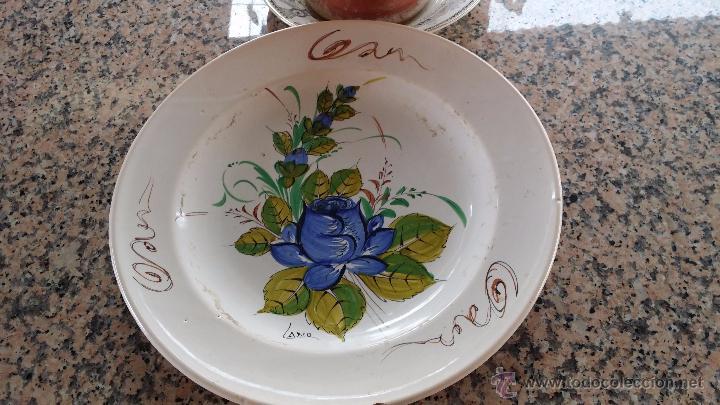 ANTIGUO PLATO DE LARIO FIRMADO Y PINTADO A MANO (Antigüedades - Porcelanas y Cerámicas - Lario)