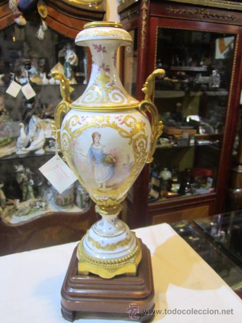 ANTIGUO JARRÓN DE SEVRES CON DOS ASAS. AÑO 1772. ALTURA: 50 CMS. (Antigüedades - Porcelanas y Cerámicas - Otras)