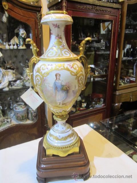 Antigüedades: Antiguo jarrón de Sevres con dos asas. Año 1772. Altura: 50 cms. - Foto 2 - 48371166