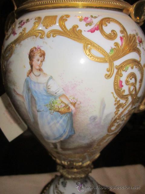 Antigüedades: Antiguo jarrón de Sevres con dos asas. Año 1772. Altura: 50 cms. - Foto 7 - 48371166