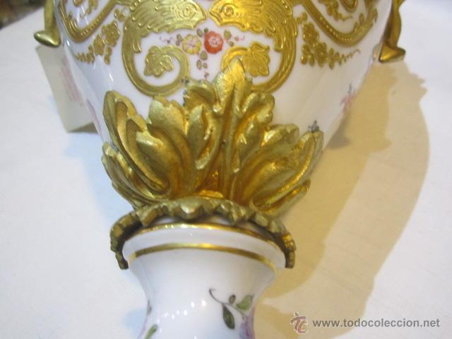 Antigüedades: Antiguo jarrón de Sevres con dos asas. Año 1772. Altura: 50 cms. - Foto 15 - 48371166