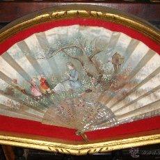 Antigüedades: PRECIOSO ABANICO CON ABANIQUERA. S.XIX. VARILLAJE DE NACAR CALADO. PAÍS DE SEDA (PINTADO A MANO).. Lote 48416058
