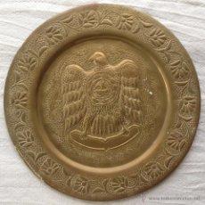 Antigüedades: PLATO DE COLGAR DE METAL REPUJADO AÑOS 30. Lote 48467986