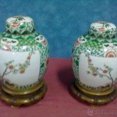 Antigüedades: PAREJA TIBORES CON TAPA DOS JARRONES CHINOS SOBRE PEANA MADERA. Lote 48493143