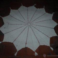 Antigüedades: MANTEL DE GANCHILLO HECHO A MANO. Lote 48497171