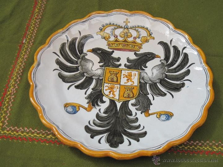 PLATO GRANDE EN CERAMICA PINTADA Y VIDRIADA DE TALAVERA - ESCUDO DE TOLEDO. (Antigüedades - Porcelanas y Cerámicas - Talavera)