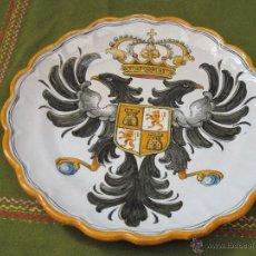 Antigüedades: PLATO GRANDE EN CERAMICA PINTADA Y VIDRIADA DE TALAVERA - ESCUDO DE TOLEDO.. Lote 48504915