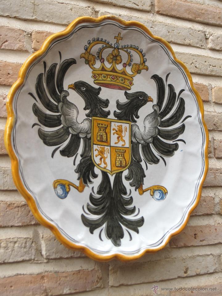 Antigüedades: PLATO GRANDE EN CERAMICA PINTADA Y VIDRIADA DE TALAVERA - ESCUDO DE TOLEDO. - Foto 3 - 48504915