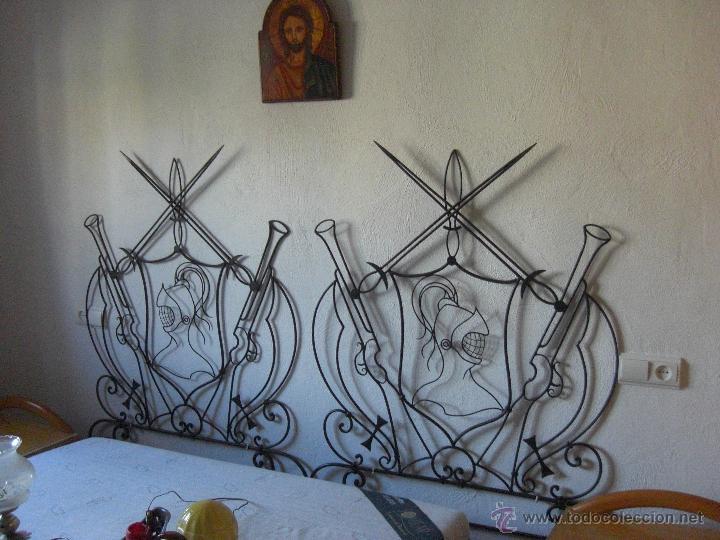 CAMA DE HIERRO PEQUEÑA O CABECERO CON MOTIVOS QUIJOTESCOS (Antigüedades - Muebles Antiguos - Camas Antiguas)