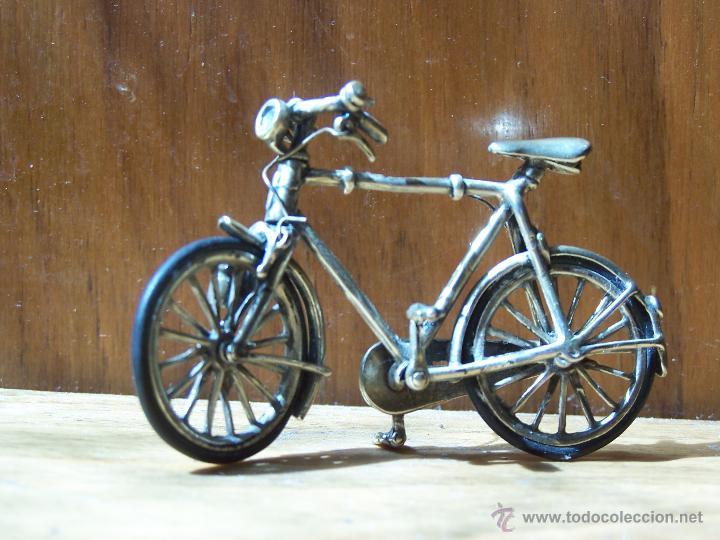 Antigüedades: Minucioso trabajo de orfebreria. Bicicleta en minietura en plata de ley. Dimensiones, 6,5 cm. - Foto 2 - 48522601
