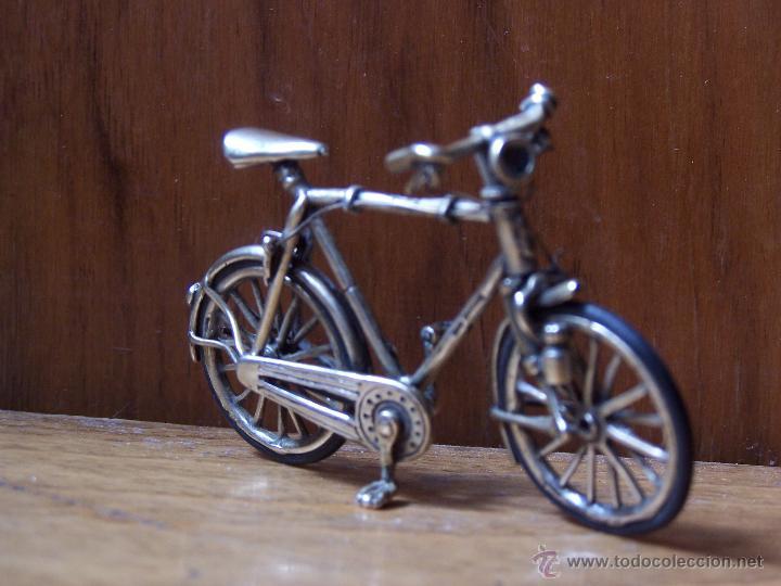 Antigüedades: Minucioso trabajo de orfebreria. Bicicleta en minietura en plata de ley. Dimensiones, 6,5 cm. - Foto 3 - 48522601