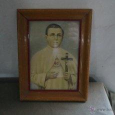 Antigüedades: ANTIGUO CUADRO SAN DAMIAN DE MOLOKAI. ENMARCADO EN MADERA CON CRISTAL. AÑOS 30. Lote 48535478