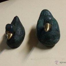 Antigüedades: DOS PATOS DE BRONCE EN COLOR VERDE. Lote 48570795