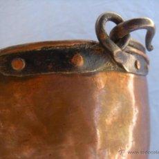 Antigüedades: ANTIGUA CALDERA DE COBRE CON ASA DE HIERRO FORJADO. Lote 48600496
