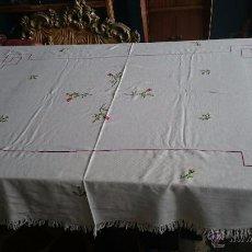 Antigüedades: GRAN MANTEL CON PUNTO DE CRUZ . Lote 48601858