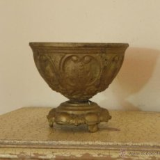 Antigüedades: RECIPIENTE , CENTRO DE MESA O MACETA EN FORJA CON ADORNOS COMO ROMANOS O GRIEGOS. Lote 48633754