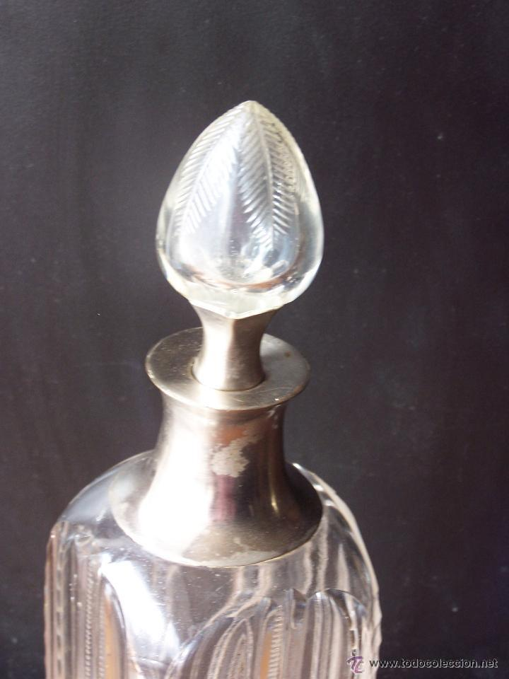 Antigüedades: Licorera de cristal tallado con cuello y base de tapón en metal . La Granja. S. XIX ? - Foto 2 - 48642558