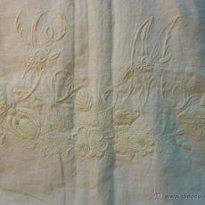 Antigüedades: BORDADO A MANO CON INICIALES L M SOBRE FRAGMENTO SABANA DE HILO AÑOS 20-30. Lote 48663323