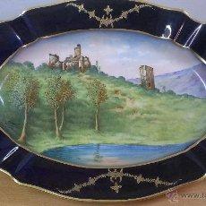 Antigüedades: PRECIOSA BANDEJA . RUINES DE CHALUGET. FIRMADA F. DARTI. SELLADA LIMOGES.. Lote 48677956
