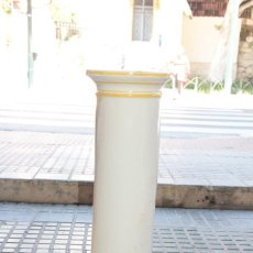 Antiquités: COLUMNA HUECA DE CERAMICA BLANCA CON RIBETE AMARILLO. Lote 48684484