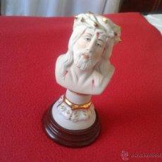 Antigüedades: TALLA RELIGIOSA FIGURA ROSTRO DE CRISTO LIMPIAS EN PORCELANA O SIMILAR CON BASE PEANA DE MADERA. Lote 48687280