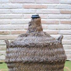 Antigüedades: GARRAFA DE CRISTAL ANTIGUA DE FORMA OVALADA Y FORRADA DE ESPARTO.. Lote 48721262