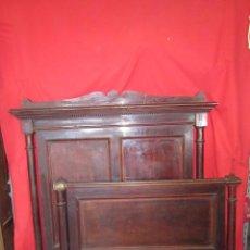 Antigüedades: PAREJA DE CAMAS INDIVIDUALES EN MADERA DE CAOBA, PARA RESTAURAR.. Lote 48723439
