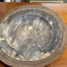 Antigüedades: BANDEJA CIRCULAR DE MADERA Y RATAN. Lote 48723662