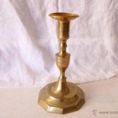 Antigüedades: ANTIGUO CANDELABRO DE BRONCE DE 21 CM DE ALTURA.. Lote 48750107