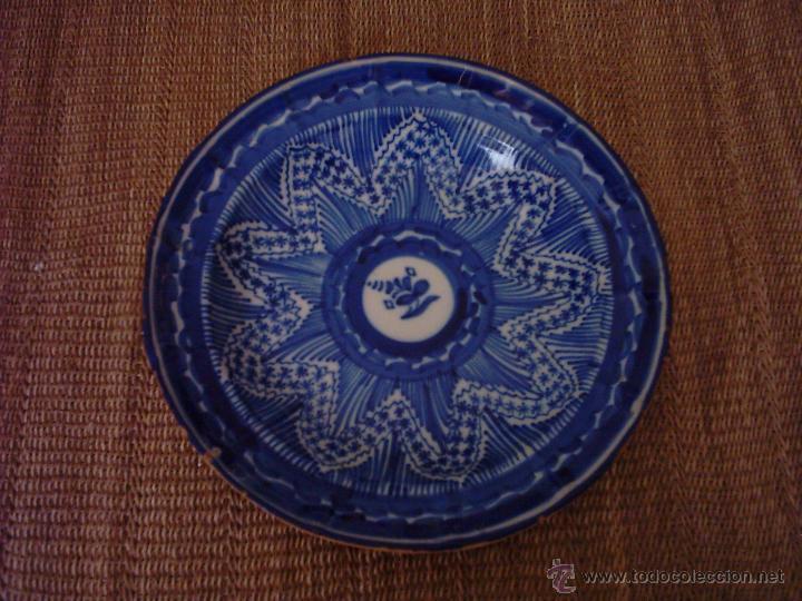 ANTIGUO PLATO DE CERÁMICA DE MANISES. SIGLO XIX. 30 CM. FIRMADO CON INICIALES. (Antigüedades - Porcelanas y Cerámicas - Manises)