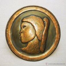 Antigüedades: ANTIGUO PLATO DE BRONCE CON RELIEVE DE MUJER NEGRA. Lote 48812583