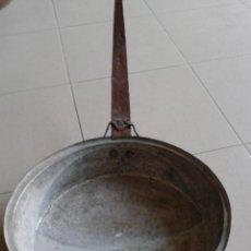 Antigüedades: ANTIGUA SARTEN DE COBRE CON MANGO DE HIERRO - GRANDE -. Lote 48819380