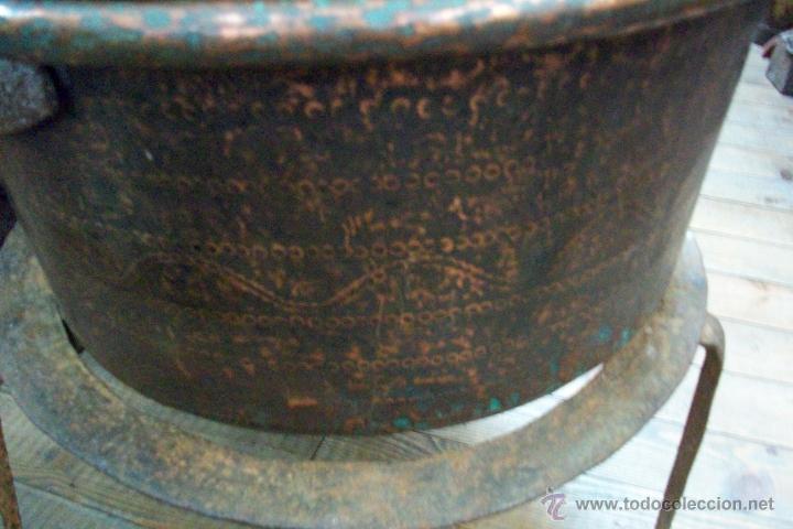 Antigüedades: ANTIGUA OLLA O CALDERO DE COBRE TALLADA CON PIE-SIGLO XIX - Foto 4 - 48823689