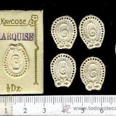Antigüedades: ANTIGUO Y PEQUEÑO SOBRE CON LETRAS BORDADAS PARA BORDADO KAYCOSE. Lote 48840515