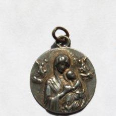 Antigüedades: M- 230. MEDALLA EN PLATA DE LA VIRGEN CON EL NIÑO EN RELIEVE.. Lote 48865532