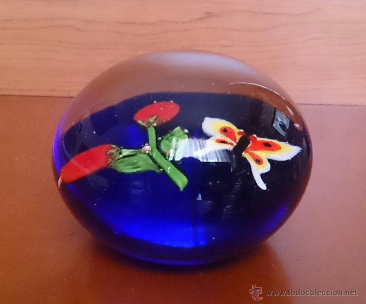Antigüedades: Magnífico pisapapeles en cristal de murano con mariposa y flores en el interior . - Foto 6 - 48891912