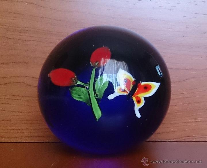 Antigüedades: Magnífico pisapapeles en cristal de murano con mariposa y flores en el interior . - Foto 7 - 48891912