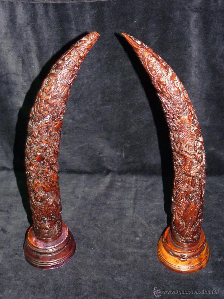 PAREJA DE COLMILLOS TALLADOS EN RESINA, MONTADOS SOBRE PEANA. 37 CM. (Antigüedades - Hogar y Decoración - Otros)