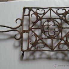 Antigüedades: MAGNIFICA Y MUY ANTIGUA PARRILLA DE HIERRO FORJADO. RICAMENTE TRABAJADA.. Lote 48937034