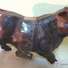 Antigüedades: BONITA ESCULTURA FIGURA DE TORO BRAVO EN HIERRO FUNDIDO 17 / 12 CM . PATA ROTA 1 KG. Lote 48951119